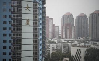 近日,大陸20個城市接連調控樓市。持續火熱的樓市一夜變天,新房認購猛跌。  (FRED DUFOUR/AFP)
