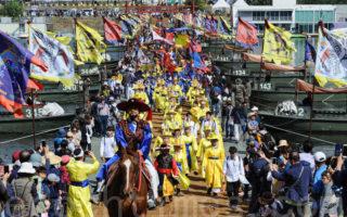 10月8日至9日,水原市完整再现220年前正祖大王陵出行。图为正祖大王一行过汉江船桥。(全景林/大纪元)