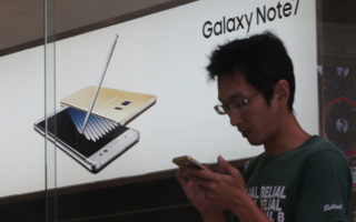 台湾三星11日表示,凡持有旧款Note 7或已换货的消费者应关闭电源并停止使用,台湾三星将跟进停止更换Note 7新机,不论新、旧版Note 7也开放退货,并提供相关换购优惠方案。(中央社)