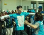 《王牌计中计》剧照,图为姜栋元跳舞片段。(车库娱乐提供)