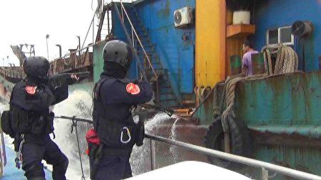 大陆渔船盗海砂 台湾金门海巡队查获侦办