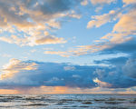 美好的日落与云彩在波罗的海(fotolia)