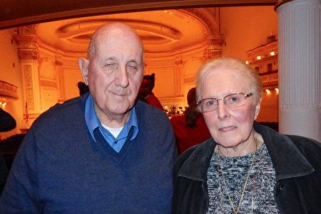 Eleanor Feuring女士與先生10月15日下午在紐約卡內基音樂廳欣賞神韻交響樂的演出後,對樂團的精湛演奏深表驚嘆。(衛泳/大紀元)