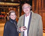 診斷放射學專家Jeffrey Blau與太太、美食作家Lynn Blau觀看了當晚的演出後,對神韻交響樂讚歎不已。 (良克霖/大紀元)