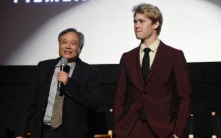 导演李安(左)新作《比利‧林恩的中场战事》于第54届纽约影展举行全球首映,图右为男主角乔‧阿尔文(又译:乔‧欧文)。 (Jamie McCarthy/Getty Images)