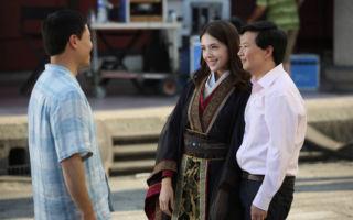 《菜鸟新移民》第三季第一集特邀请台湾演员许玮甯(中)和饰演老周的韩裔演员郑康祖(右)客串演出。(FOX提供)