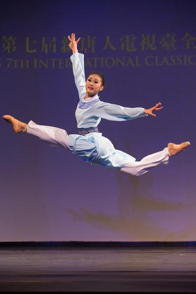 2016年10月19日,新唐人第七屆「全世界中國古典舞大賽」歐美區初賽在美國紐約舉行,圖為少年女子參賽選手付百合表演舞蹈《書苑英台》。(戴兵/大紀元)
