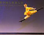 """2016年10月19日,新唐人第七届""""全世界中国古典舞大赛""""欧美区初赛在美国纽约举行,图为少年男子组参赛选陈柏维手表演舞蹈《少年天子》。(戴兵/大纪元)"""