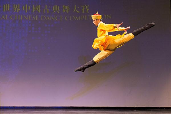 2016年10月19日,新唐人第七屆「全世界中國古典舞大賽」歐美區初賽在美國紐約舉行,圖為少年男子組參賽選陳柏維手表演舞蹈《少年天子》。(戴兵/大紀元)