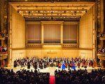 2016年10月21日(週五)晚,神韻交響樂團來到北美巡演第二站波士頓交響樂廳,輝煌演繹神韻原創音樂與西方經典,以超越國界與文化的音樂語言,帶給觀眾超越世俗的體驗,許多觀眾驚歎神韻是來自上天的禮物。演出結束時,全場觀眾起立,長時間鼓掌、歡呼、喝彩,感謝神韻藝術家鼓舞人心的演出。(艾文/大紀元)