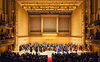 2016年10月21日(周五)晚,神韵交响乐团来到北美巡演第二站波士顿交响乐厅,辉煌演绎神韵原创音乐与西方经典,以超越国界与文化的音乐语言,带给观众超越世俗的体验,许多观众惊叹神韵是来自上天的礼物。演出结束时,全场观众起立,长时间鼓掌、欢呼、喝彩,感谢神韵艺术家鼓舞人心的演出。(艾文/大纪元)