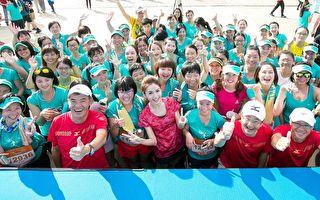 藝人翁滋蔓(中)今(23)日現身高雄一場路跑活動,帶領5000名女性跑遍高雄街頭。(驊采整合行銷提供)