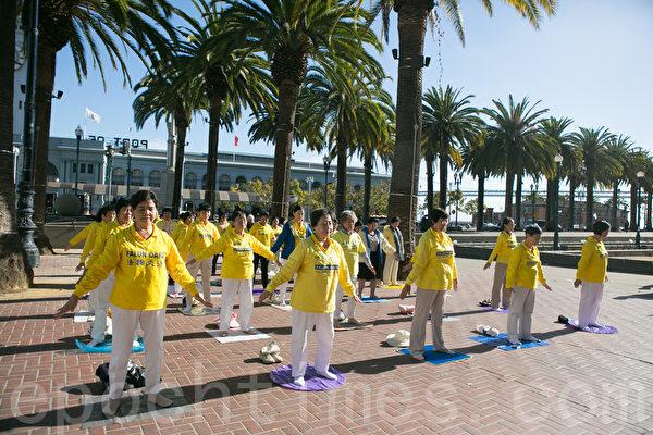 10月23日,来自全球各国的部分法轮功学员近二千人分散在旧金山市区的46个公园、广场和地标景点,举行集体炼功、反对活摘器官游行和讲真相征签。(李莎/大纪元)