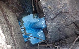 高市陽裕食品行偷排藍色不明液體入鳳山溪,引起民眾恐慌。(高市環保局提供)