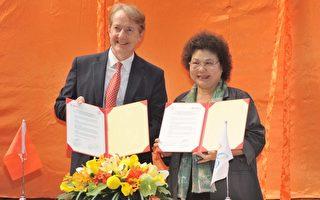 高雄市長陳菊(右)25日與荷蘭貿易暨投資辦事處代表紀維德簽署「青年學子實習合作備忘錄」。(高雄市政府提供)