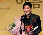 """10月25日,韩国""""第6届美丽艺术人赏""""发奖式在首尔忠武路明宝艺术厅举行。图为宋康昊。(全景林/大纪元)"""