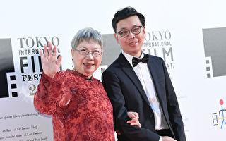 导演侯季然(右)执导的民歌纪录片《四十年》入围东京影展,他与监制陶晓清第一次国际影展红毯兴奋挥手。(牵猴子提供)