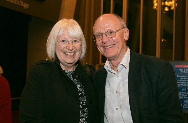 來自英國的退休夫婦Sue Hobbs和Greg Hobbs在華盛頓特區肯尼迪中心觀看了神韻交響樂團的演出,感到耳目一新,認為中國音樂大氣磅礴。(李莎/大紀元)