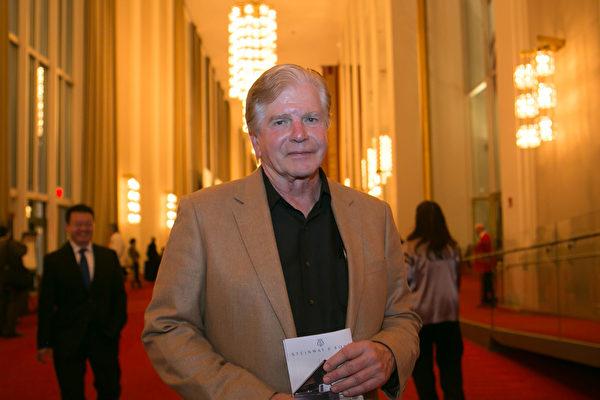 馬里蘭的律師Paul Zanecki觀看了神韻交響樂團在肯尼迪藝術中心音樂廳的演出後,理解了為何中國人要保護和恢復自己的文化。(李莎/大紀元)