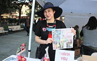 Alice Wu是旧金山艺术委员会临时教育和公共项目的负责人,她拿着今年针对唐人街设计的活动海报向记者作介绍。(李霖昭/大纪元)