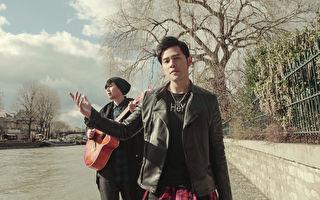 金曲歌王周杰伦到法国巴黎拍摄《告白气球》MV,谈情说爱剧情交给子弟兵派伟俊(小派)(左),17岁的小派还没谈过恋爱,周杰伦亲自指导演出。(杰威尔提供/中央社)