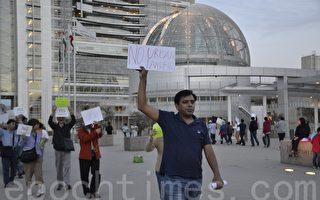 10月26日,苗必达居民在圣荷西市府广场抗议纽比垃圾场扩建。(梁博/大纪元)