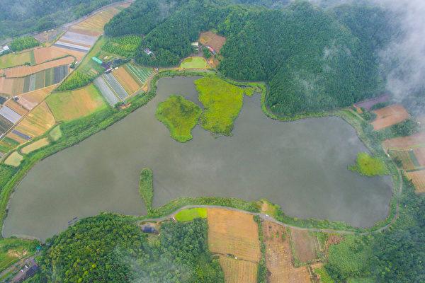 台湾宜兰县双连埤中有三座天然浮岛,近日被观察人员发现,其中一座浮岛(湖右方)在台风过后竟移动了200米,惊呼连连。(蒋维峻提供)