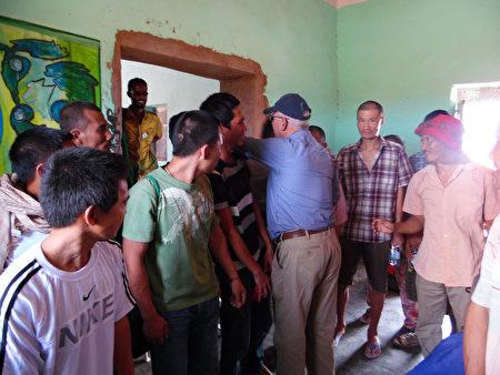 自海盗手中救回26人质 救援人员:感动