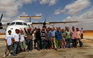 從索馬利亞海盜手中救出台籍輪機長沈瑞章的海洋無海盜計畫專案主持人羅文尼說,歷經18個月談判,遭索馬利亞海盜挾持4年多的26名船員終於能回家,開心地舉手歡呼。(羅文尼提供)