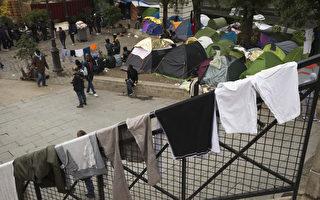 """自加莱""""丛林""""难民营遭拆除以来,巴黎街头打地铺睡觉的移民,至少增加1/3。(JOEL SAGET/AFP)"""