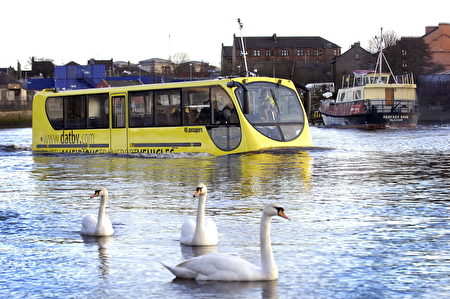 荷兰鹿特丹水陆两用巴士。(Andy Buchanan/AFP/Getty Images)