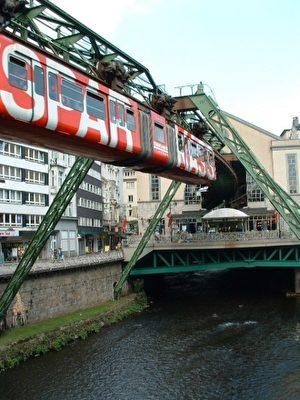 悬轨缆车不只是乌波塔尔市居民日常的交通工具,也是游客的观光重点。(郑大雅/大纪元)