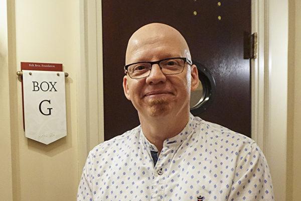 在一所公司擔任創意總監的Jeff Meekcoms觀賞了10月29日芝加哥交響中心的神韻音樂會後,對中西樂器合璧的獨特之處格外讚歎。(唐明鏡/大紀元)