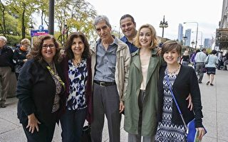 會展組織者Christina Kotz(右二)和父母、男友等觀看了10月29日在芝加哥交響中心的神韻音樂會。(唐明鏡/大紀元)