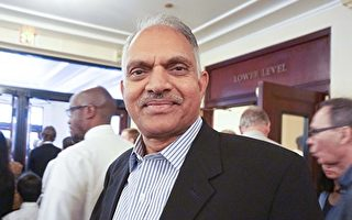 醫生Raja Yalavarthi觀看了10月29日在芝加哥交響中心的神韻音樂會。(唐明鏡/大紀元)