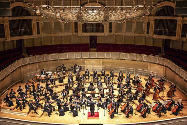 10月29日下午,神韻交響樂團的音樂家們在芝加哥交響中心大廳上演一場精彩的音樂會。(艾文/大紀元)