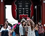 日本觀光聽10月31日發布的消息顯示,截止10月30日在過去10個月中,訪日外國遊客數首次突破2千萬。圖為備受外國遊客喜愛的觀光景點淺草寺。(遊沛然/大紀元)