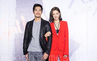 艺人安心亚(右)10月31日在台北出席新专辑《人生要漂亮》记者会。好友蓝正龙(左)站台力挺。(陈柏州/大纪元)