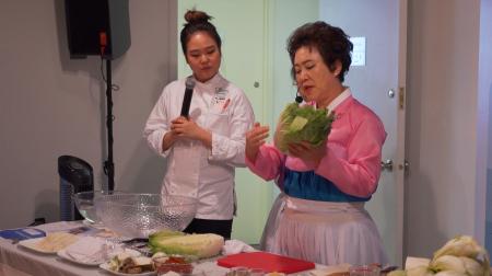 金巡秄现场教大家如何腌泡菜。
