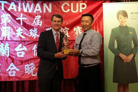 布里斯本市阔克市长颁发第十届台湾杯高球联谊赛奖座给净杆冠军龚怡铭先生。(昆士兰台湾中心)