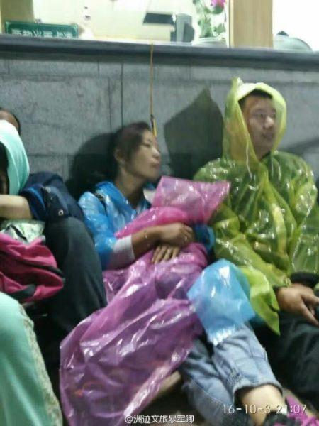 10月3日晚,陕西渭南市华阴市城南的华山名胜风景区因索道出现故障,导致数千名游客被困。(网络图片)