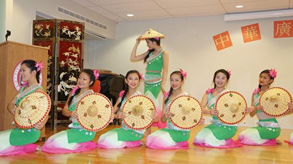 中华广教学校教学示范日,中华艺术协会传统中国舞蹈团演出傣族舞《蓝昌河畔》。(贝拉/大纪元)