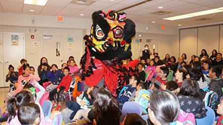 中华广教学校教学示范日,南派功夫醒狮团的舞狮赢得热烈掌声。(贝拉/大纪元)