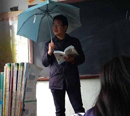 维扬卧龙:教室漏雨撑伞上课,盛世奇观