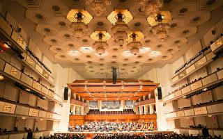 享誉全球的神韵交响乐团2016年北美巡回演出,即将莅临美国首都华盛顿DC,于10月26日晚8点在肯尼迪艺术中心(The Kennedy Center)上演。图为神韵交响乐团去年在10月11日晚在肯尼迪中心音乐厅演出的资料照。(大纪元资料室)
