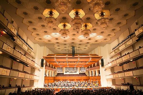 享譽全球的神韻交響樂團2016年北美巡迴演出,即將蒞臨美國首都華盛頓DC,於10月26日晚8點在肯尼迪藝術中心(The Kennedy Center)上演。圖為神韻交響樂團去年在10月11日晚在肯尼迪中心音樂廳演出的資料照。(大紀元資料室)