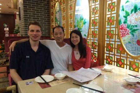 王晓丹(右)十八岁离开父亲(中),十八年后的二零一六年才与父亲在中国重逢,可是幸福是那么短暂。左一为王晓丹的丈夫杰夫。(大纪元)