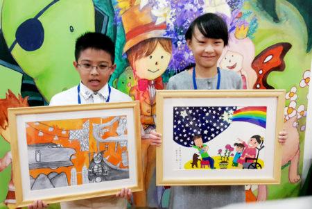 2016全國學生圖畫書創作獎1日在台北頒獎,參賽國小學生簡恩雋(左)、陳欣瑜(右)獲國小組特優。(中央社)