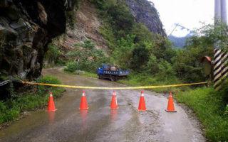 花蓮秘境慕谷慕魚山區道路受損、常有落石,影響安全,預計10月20日起禁止入山申請,不料1日下午就發生坍方落石,中斷交通,約150人受困,所幸並無人員傷亡。(警方提供)