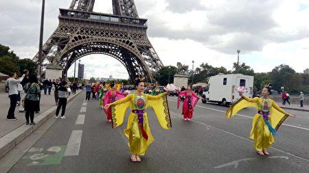 仙女隊經過巴黎鐵塔。(慈蕊/大紀元)